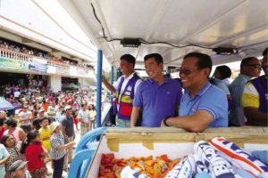 COURTING VIGAN Vice President Jejomar Binay campaigns with former PNP Special Action Force chief Getulio Napeñas, a senatorial candidate, in Vigan, Ilocos Sur province. CONTRIBUTED PHOTO